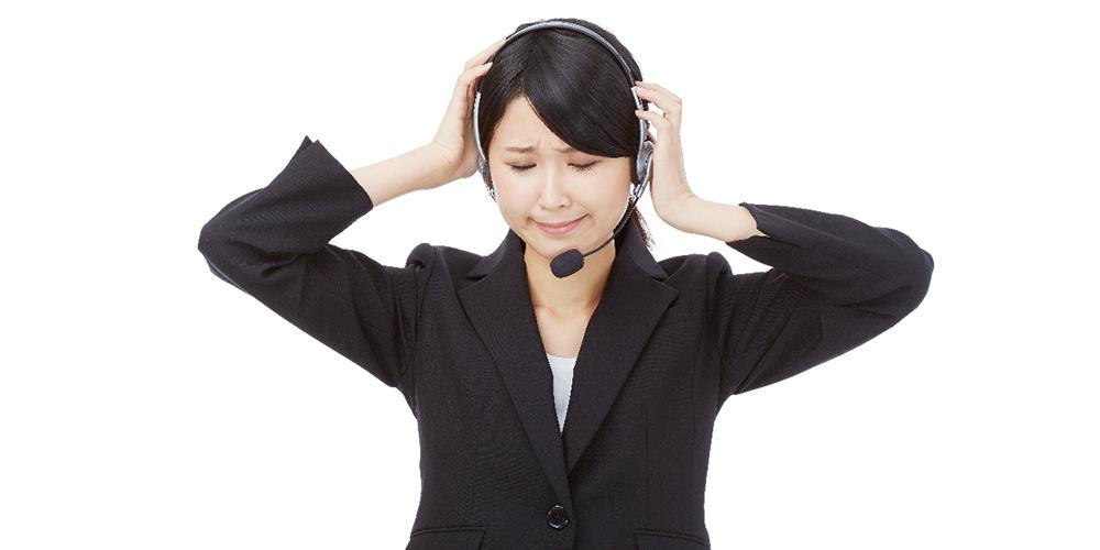 コールセンターがパンクし、困る女性オペレータ